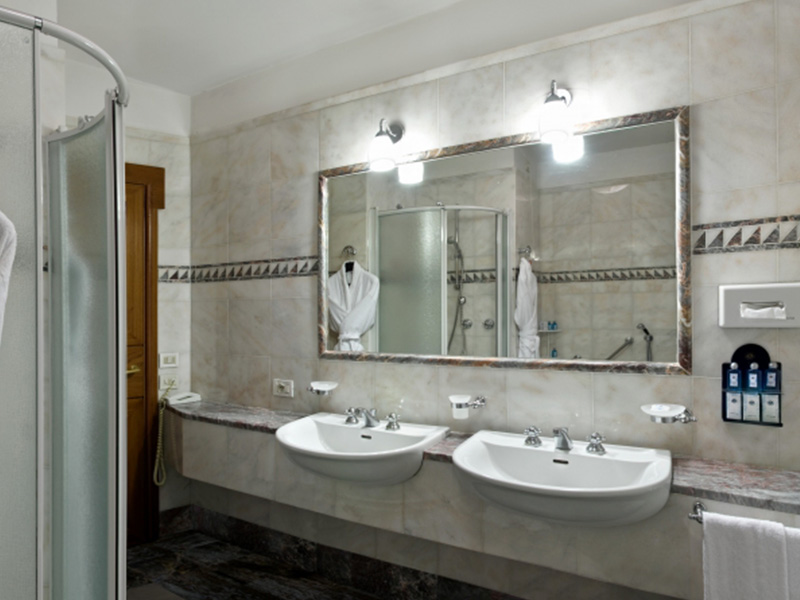 bagno in marmo hotel